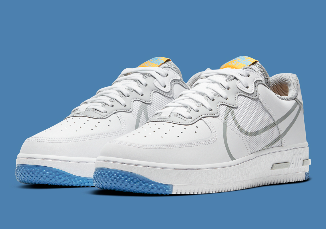 El Nike Air Force 1 React emerge en blanco y gris humo